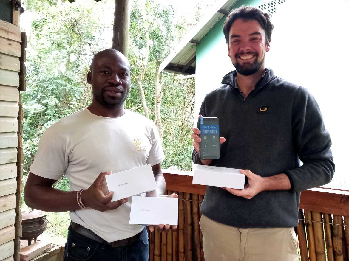 HiP Emergency Response coordinator, Michael Staegemann hands over three Blackview devices to Research Technician for EKZNW, Sizwe Zulu. © —2021 —People Nature Connect. All rights reserved. Licensed to the European Union under conditions.